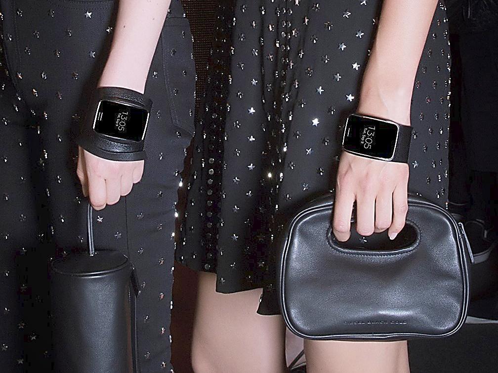 modische smartwatch samsung gear s als diesel black gold. Black Bedroom Furniture Sets. Home Design Ideas