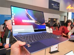 Das Galaxy Book Flex ist ein leichtes 13,3 Zoll Convertible mit Wireless Power-Sharing.