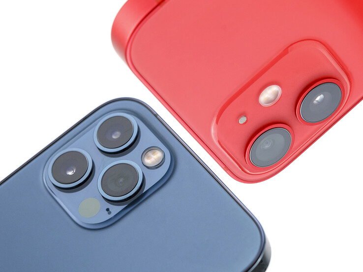 Kameras des Apple iPhone 12 Pro (blau) und iPhone 12 mini (rot).