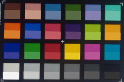 Amazon Fire HD 8: ColorChecker-Farben abfotografiert. In der unteren Hälfte jedes Patches haben wir die Originalfarben abgebildet.